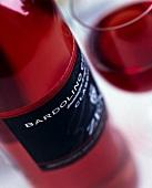 Eine Flasche und ein Glas Bardolino Rosé