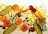 Gemüsescheiben auf Glasplatte im Durchlicht