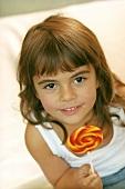 Kleines Mädchen mit buntem Lolli