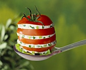 Tomato stuffed with leeks and soft cheese