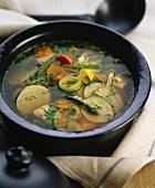 Bouillon mit Gemüse und Lachs