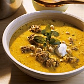 Yoghurt soup with chick-peas and mince