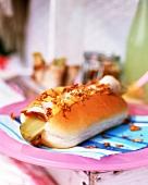 Kassler in Hot-Dog-Brötchen auf Picknickteller
