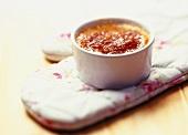 Creme Brulee auf einem Kochhandschuh