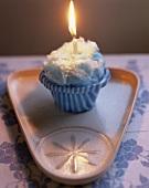 Cup Cake mit Zuckerwatte und brennender Kerze zum Geburtstag