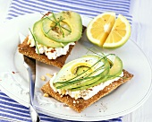 Crispbread with cottage cheese and avocado