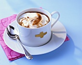 Kaffee mit Zwetschgenmus, Alkohol und Sahne (Pflümli-Kaffee)