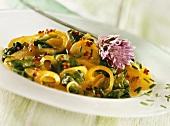 Currykartoffeln mit Spinat, Zwiebeln und Schnittlauch