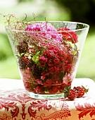 Arrangement von Bartnelkenblüten in einer Glasvase