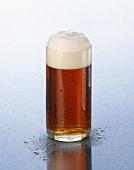 Altbier mit Schaumkrone in einem Glas