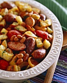 Pan-cooked sausage dish with beans, bread and tomatoes