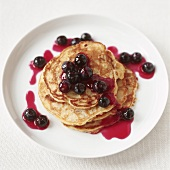 Buttermilch-Pancakes mit Heidelbeersauce