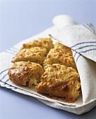 Zwiebel-Käse-Scone in einem Geschirrtuch (Aga Cooking)