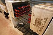 Weinflaschen im Keller des Chateau Cheval Blanc, St. Emilion