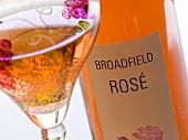Eine Flasche eines Bodenham Broadfield Rosé