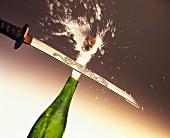 Eine Flasche Champagner wird mit einem Schwert geköpft