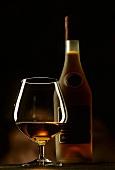 Ein Glas und eine Flasche Cognac