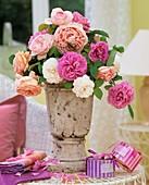 Duftrosen in einer antiken Vase, Rosen- und Lavendelbadesalz