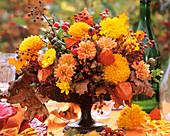 Dahlie, Chrysantheme, Physalis, Hagebutte und Ahornlaub