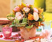 Herbststrauss aus Rosen, Ahornblätter und Chinaschilf