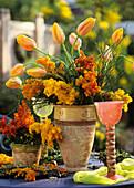 Frühlingsstrauss mit Mimose und Tulpen