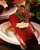 Rote Leinenserviette mit Weihnachtsdeko
