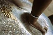 Mehl wird auf Stein gerieben (Mali)