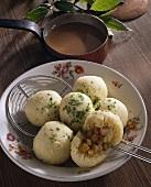 Gefüllte Kartoffelklösse mit Bratensauce