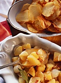 Potato crisps & potatoes with pearl onions, bacon, bay leaf