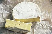 Camembert, ein Stück davon abgeschnitten