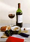 Rotwein, Camembert, Trauben, Baguette & französische Fahne