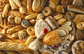 Verschiedene helle & dunkle Brote & Brötchen