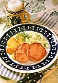 Zwei Scheiben Leberkäse mit Bratkartoffeln, Dillgurken & Bier