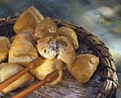 Armenische Blätterteigecken (Piroski) mit Käse gefüllt
