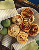 Salami mini-pizzas & mini-pizzas with ham & figs