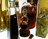 Verschiedene Essigsorten in Flaschen & ein Korken