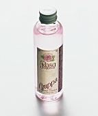 Eine Flasche rosa Grappa (Etikett: Grappa Rosa di Toscana)