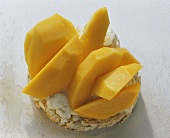 Rice wafer with papaya and low-fat quark
