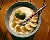 Banana muesli with millet flakes & banana slices in bowl