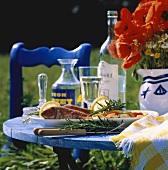 Rotbarben mit Gemüse auf Tisch im Freien mit Mohnblumen