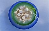 Tofuwürfel mit Flüssigkeit in einer Schüssel