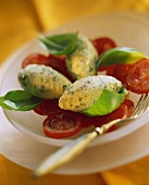 Basilikum-Mousse, abgestochen, auf Tomatenscheiben
