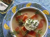 Kalte Kartoffelsuppe mit Lachs, saurer Sahne und Dill
