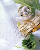 Ein Bund weisser Spargel, Champignons und Spinatblatt
