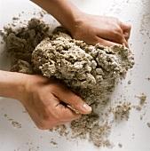 Sauerteig zubereiten: Hände kneten Sauerteig