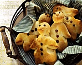 Gingerbread men decorated with raisins on tray