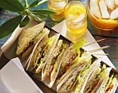 Englische Sandwich-Variationen in einer Schachtel; Eistee
