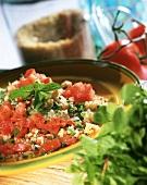 Arabischer Bulgursalat mit Tomaten und frischer Minze