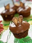 Lion-Muffins mit Schokoladenguss und Schokoriegelscheibchen