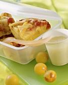 Polenta-Früchtebrot in Plastikdose; Vanillesauce im Becher